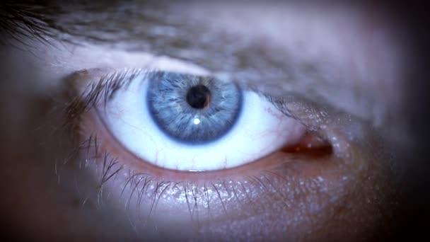 A kontaktlencse kék szem.