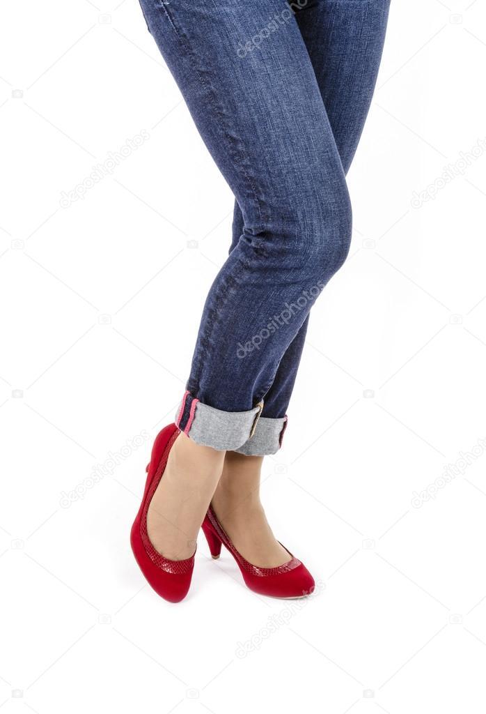3c6503cd63 Mujer con Capri Jeans y zapatos de tacón de ante rojo aislados en blanco —  Fotos