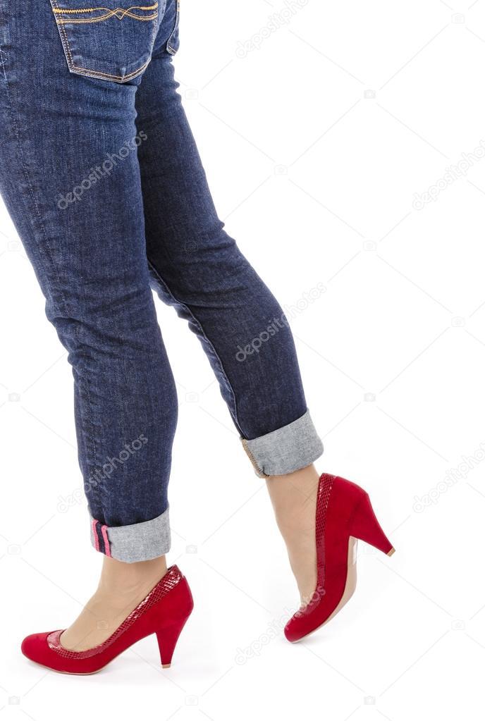 3a833baa12 Mujer con Capri Jeans y zapatos de tacón de ante rojo aislados en blanco —  Foto