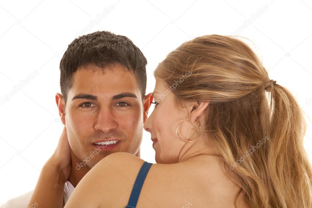 2bf08c2a9c84c2 Ein Mann und eine Frau nahe beieinander der Mann über die Frau Schulter  sucht — Foto von ...