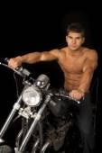 Mann, sitzend auf seinem Motorrad