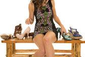 Fotografie Frau sitzend auf Bank mit Schuhen