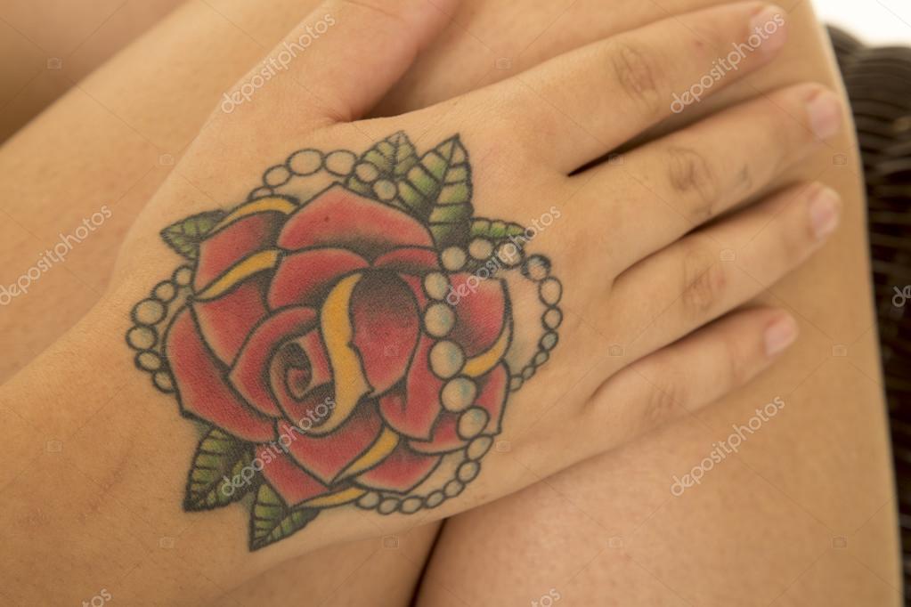 Descarga De Tatuaje Rosa Tatuaje De Rosa En Mano Foto De Stock