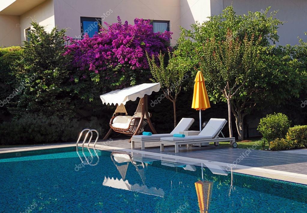 veraneo con muebles al aire libre cerca de la piscina — Foto de ...