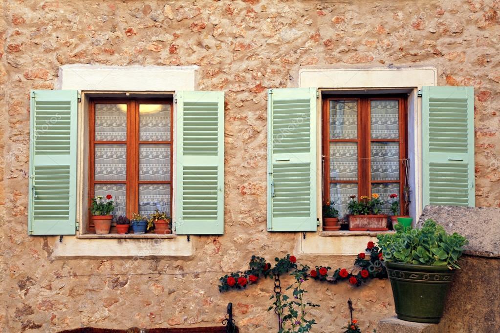 Landhaus Französisch französische landhaus fenster mit alten grünen fensterläden