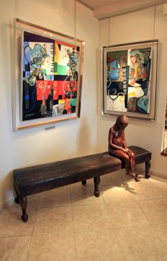 Art Gallery with contemporary sculpture and paintings in Saint P