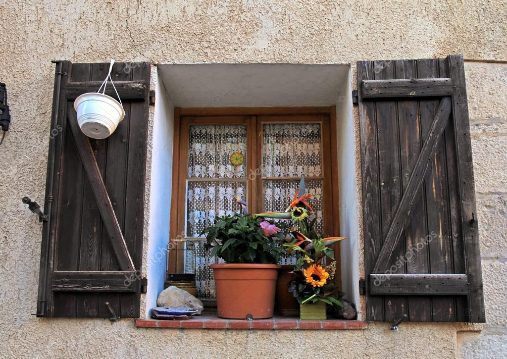Landhaus Fenster französische landhaus fenster mit alten holz fensterläden in stein