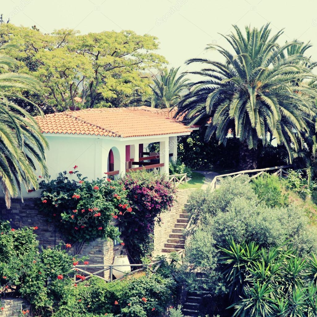 Belle maison blanche dans le jardin méditerranéen (Grèce ...