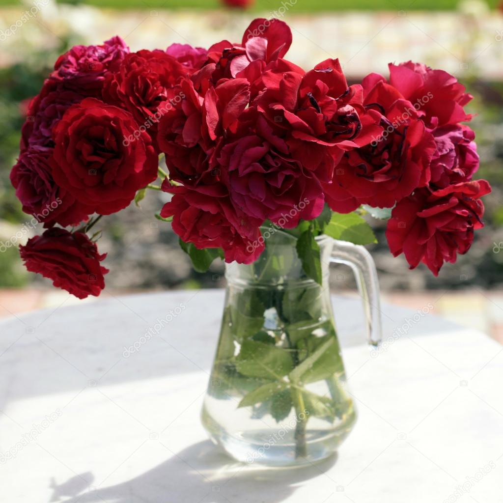Glass Pitcher With Red Roses Bouquet In The Summer Garden U2014 Fotografia De  Stock