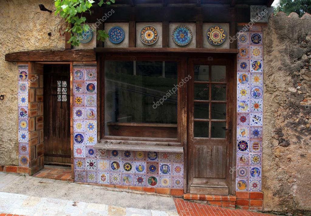 Piccola casa d 39 epoca con arredamento di mattonelle di for Piani di casa ranch d epoca