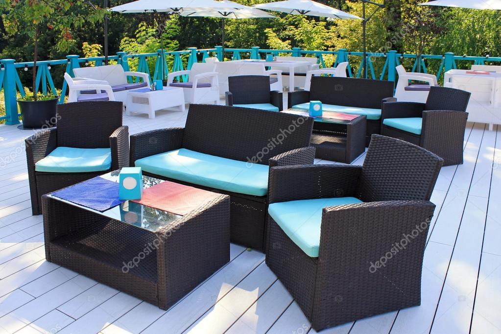 Al Fresco Cafe Con Muebles De Ratan En La Terraza Del Jardin Foto - Muebles-de-terraza-ratan