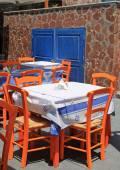 Fényképek görög taverna narancs fa szék, tengerparton, Görögország