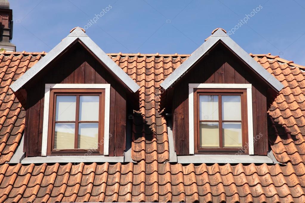 Cubierta de teja y ventanas de buhardilla en casa foto de stock felker 90529844 - Ventanas de buhardilla ...