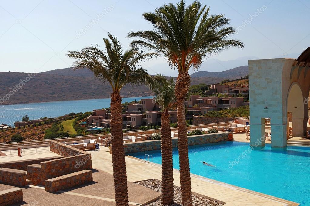 Terrazza estiva con piscina all 39 aperto creta grecia foto stock felker 97239836 - Hotel con piscine termali all aperto ...