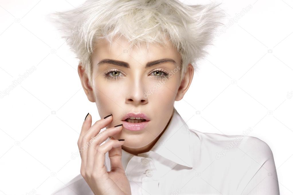 Schönheit Modell Blonde Kurze Haare Zeigt Perfekte Haut