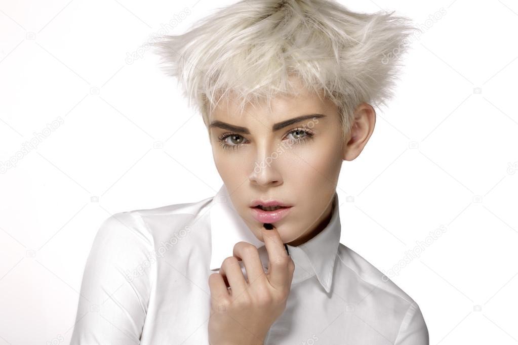 Kurze Blonde Haare Der Schönheit Modell Zeigen Perfekte Haut