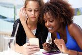 Fotografie Dva přátelé dívka při pohledu na mobil