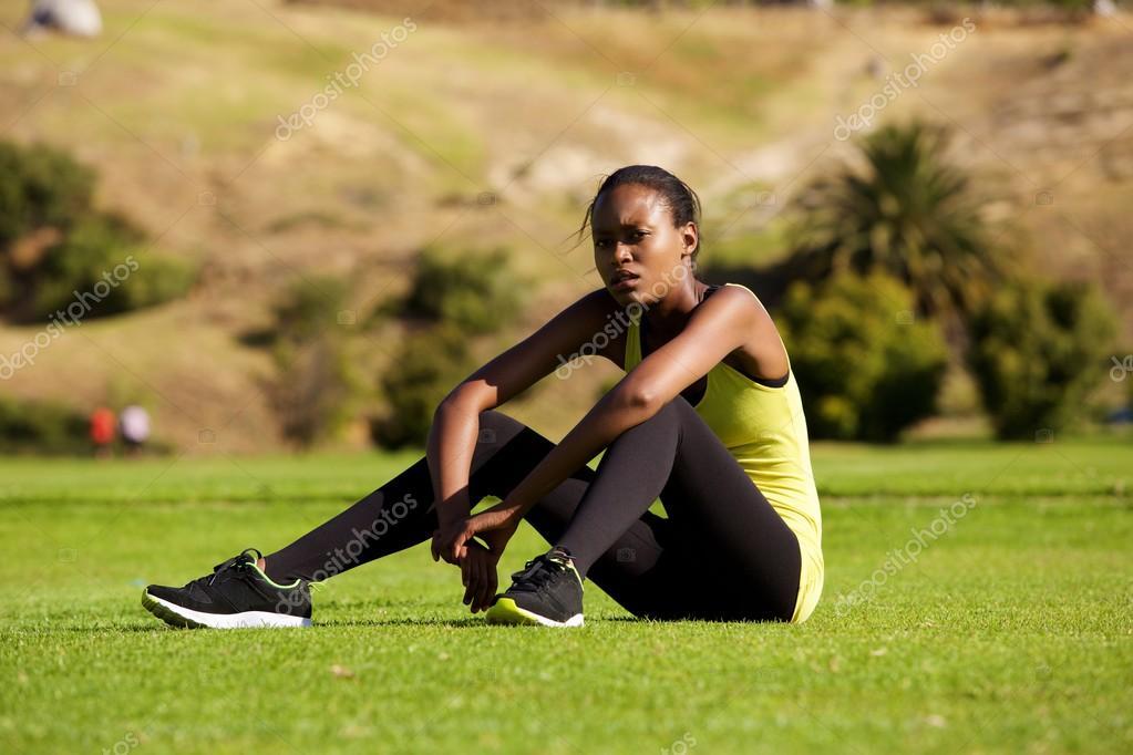 Femme sport détente après la séance d entraînement– images de stock libres  de droits d25742d51d3