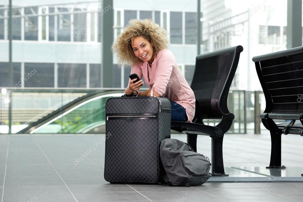 Resultado de imagen para mujer sentada en maleta
