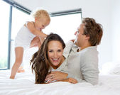 šťastná rodina hraje s roztomilé dítě