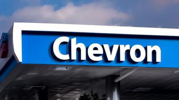 Baldachýn čerpací stanice Chevron a znamení