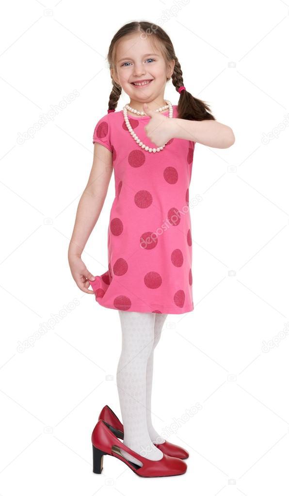 160e545a85854c Meisje kind in rode jurk en schoenen met hoge hakken — Stockfoto ...