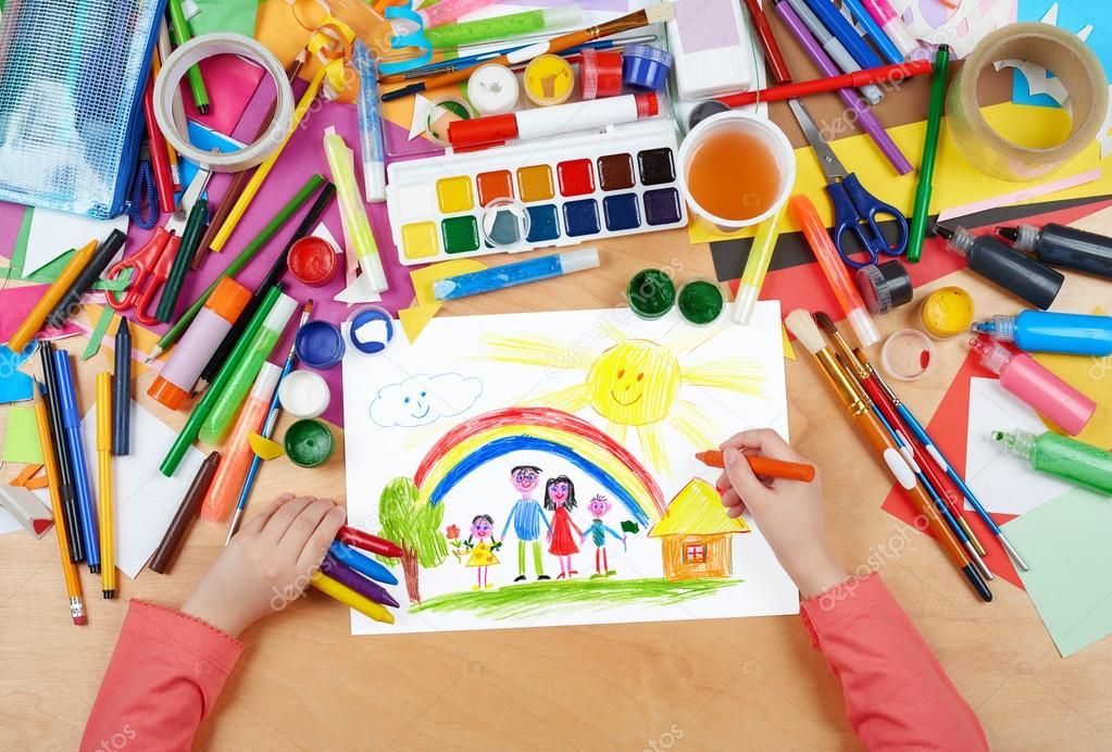 Disegno Di Un Bambino : Famiglia sul prato con il disegno del bambino arcobaleno e casa