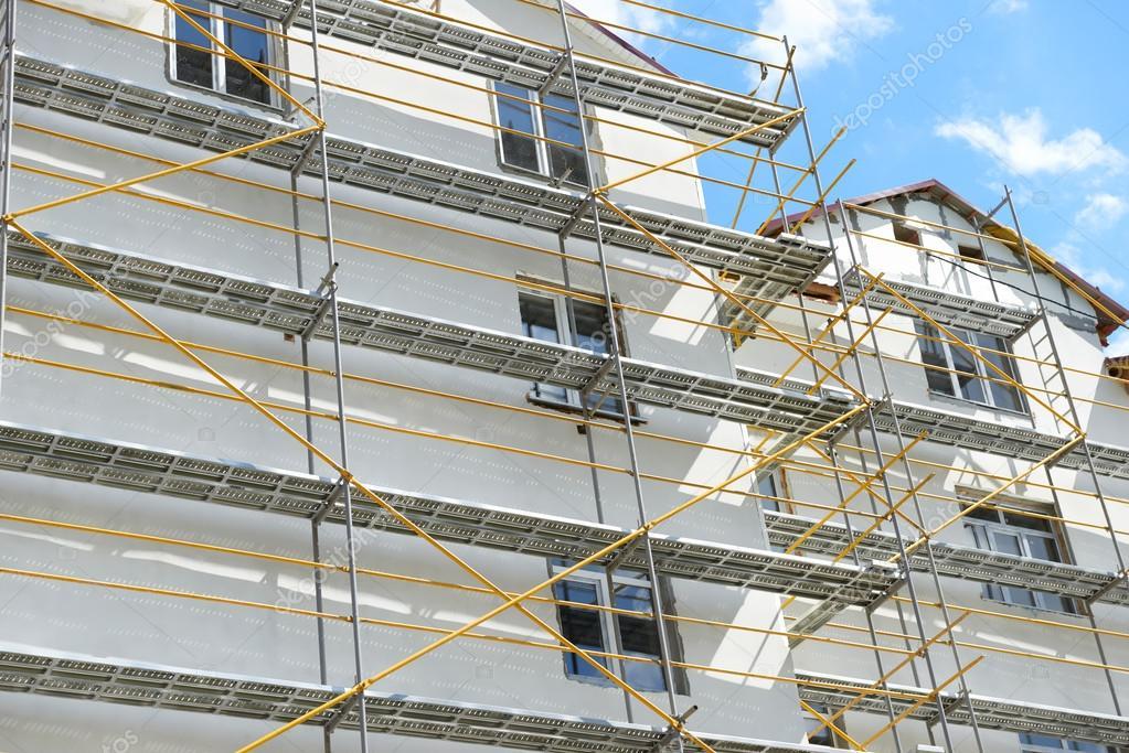 Ponteggi vicino ad una casa in costruzione per intonaco - Prezzo intonaco esterno ...