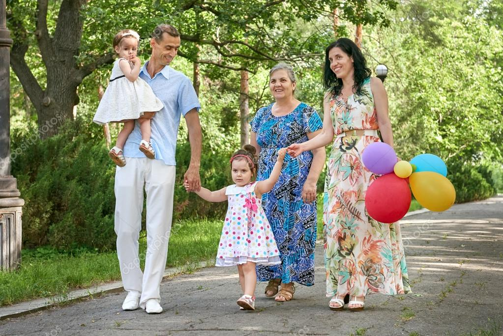 cb263360da7 Μεγάλη οικογενειακή βόλτα στο πάρκο της πόλης το καλοκαίρι, οι γονείς με  παιδί και γιαγιά