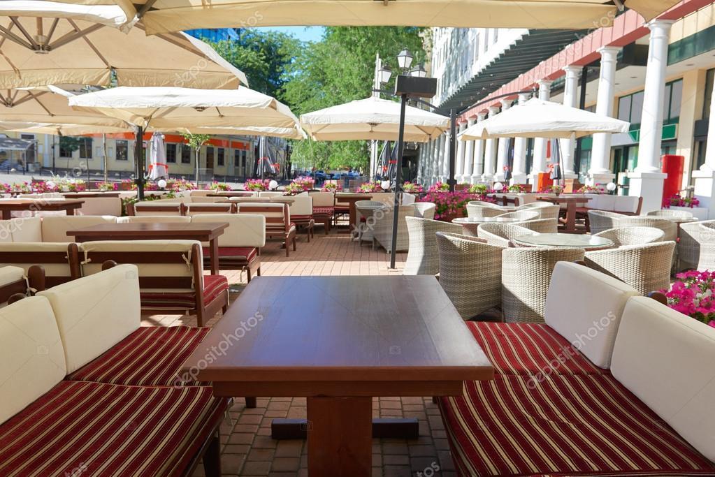 интерьер пустой улице кафе в городе столы и стулья под зонтиком