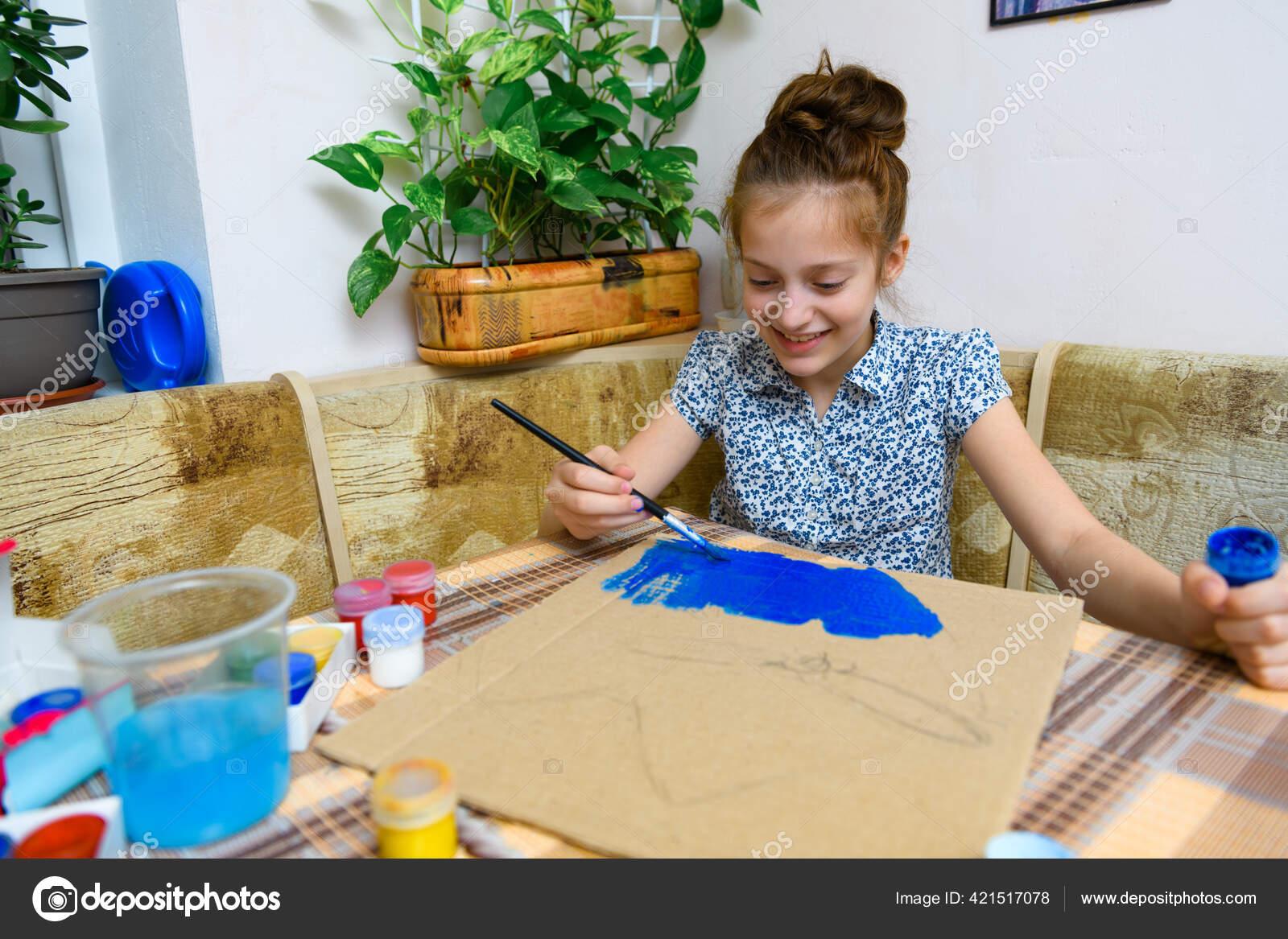девушка творит на работе