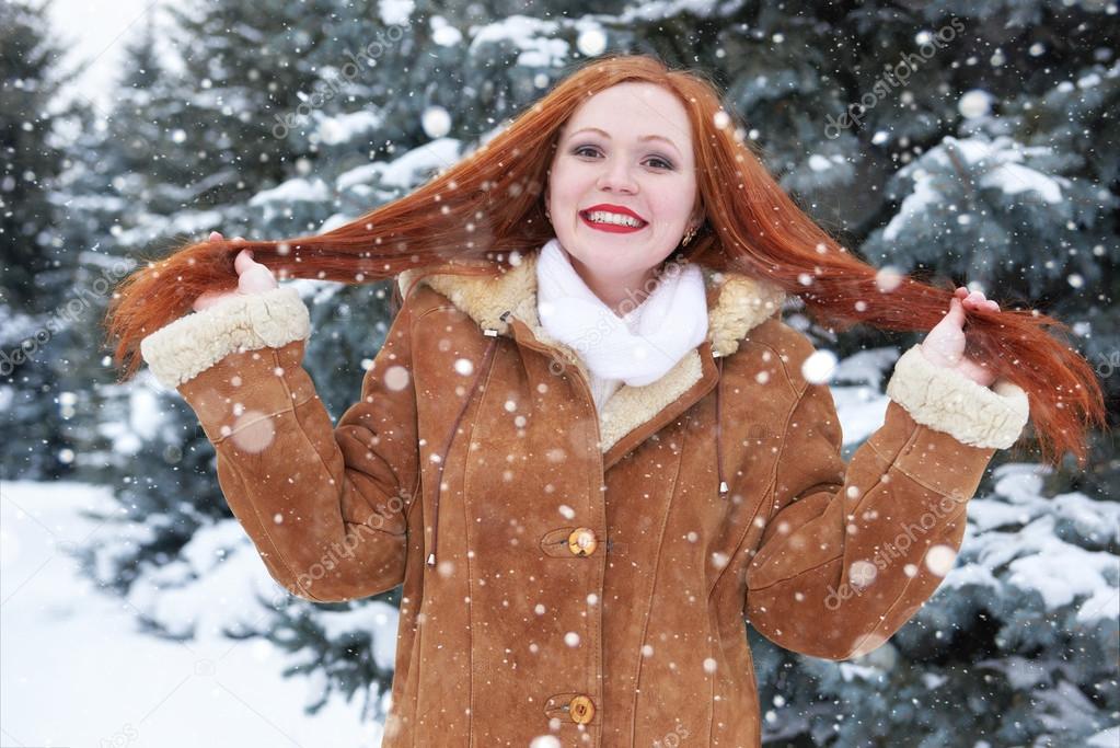 Winter Frau Im Freien Porträt Zeigen Lange Rote Haare