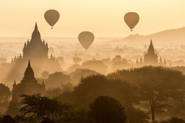 Balloons and pagodas in Bagan