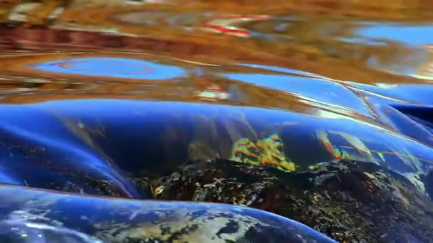 Tekoucí vody u vodopádu, klidné atmosféře, opakování