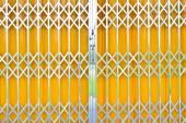 Fotografie Žlutá mříž posuvné dveře zámek a hliníkové rukou pad