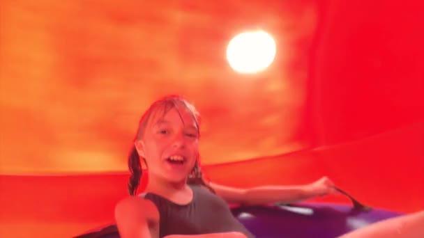 Šťastná dívka v aquaparku