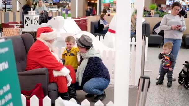 Der Weihnachtsmann im Gespräch mit Kindern in einem Einkaufszentrum. Weihnachtsgeschäft und Wünsche. 13dec2019 Sankt-Petersburg Russland