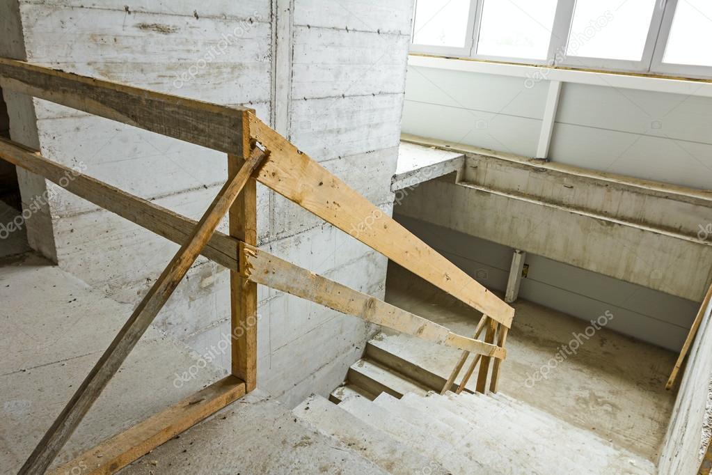Onvoltooide trap in beton nieuwbouw u stockfoto roman