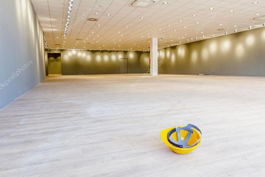 Fußboden Aus Kunststoff ~ Gelber kunststoff schutzhelm auf dem fußboden aus laminat in