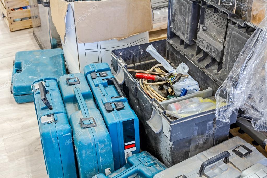 Fußboden Aus Kunststoff ~ Kunststoff werkzeugkasten auf laminat fußboden mit ausrüstung