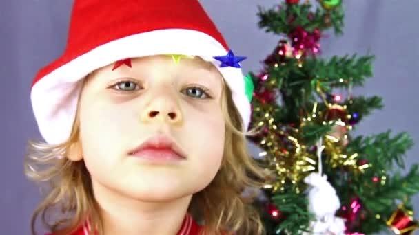 glückliche kleine Mädchen in Nikolausmütze