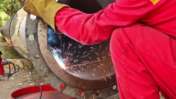 pracovník pracující na potrubí