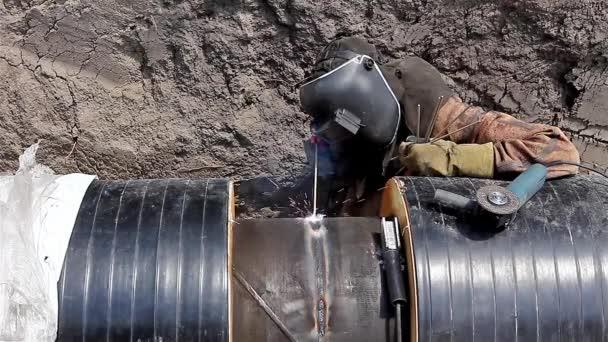 Svářečka je svařování potrubí v příkopu