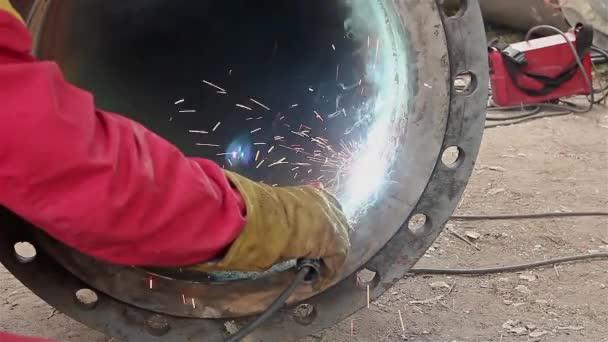 Svářečka je svařování příruby na potrubí.