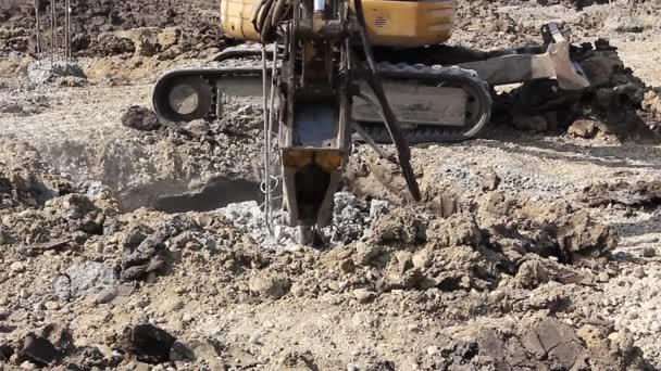 Presslufthammer und verstärkte Säulen in den Boden zu brechen
