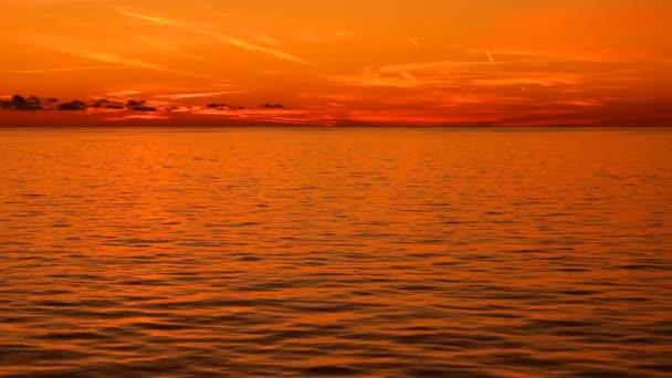 teplý západ slunce na moři