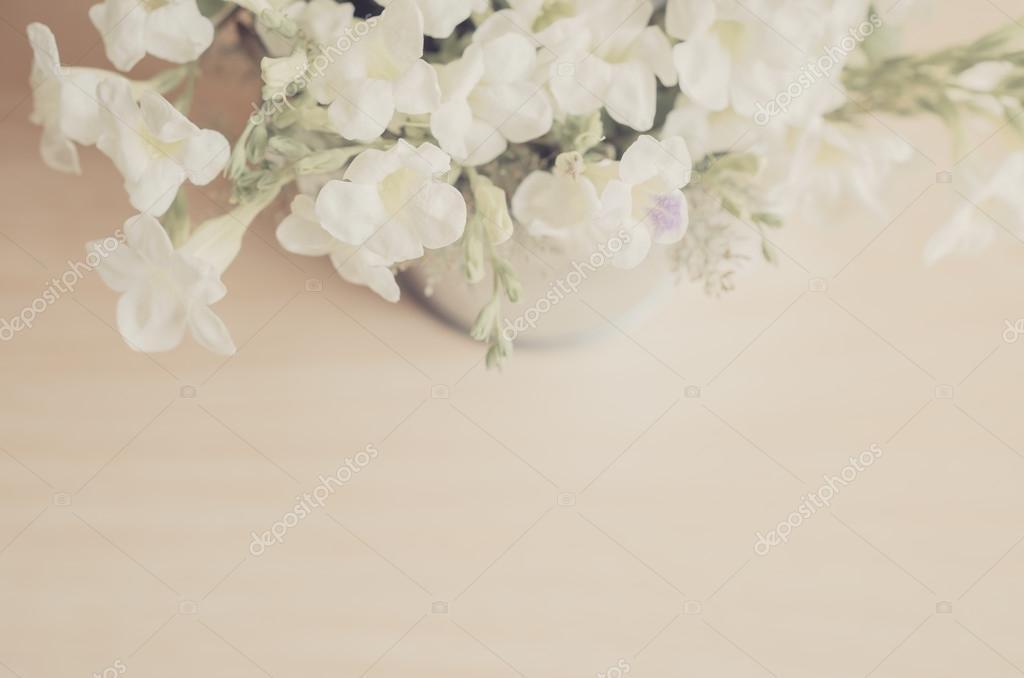 Vintage-Stil weiße Blumen Edelstahl Topf auf hölzernen Hintergrund ...