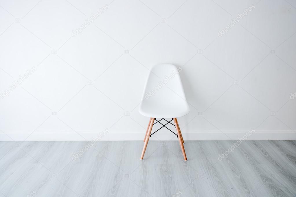 Weißer Stuhl Mit Weißen Wand Stockfoto Jayjaynaenae 94769900