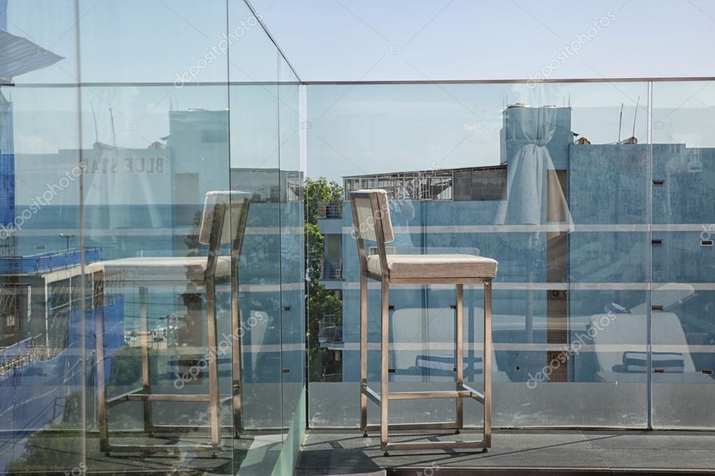 Roestvrij staal op zonnige terras met uitzicht op baai en