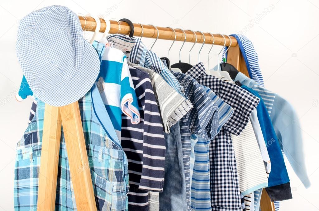 vestir armario con ropa dispuesta en perchas armario azul y blanco del recin nacido